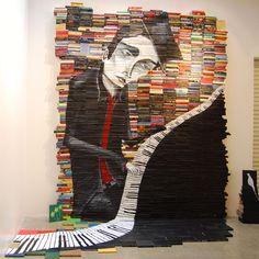 Quando pensamos em pintura, imaginamos em papel, um quadro, ou talvez em alguma parede, mas NUNCA em livros.    Essa é a arte criada por Mike Stilkey.  Confira suas obras aqui