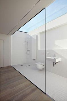 Salle de bain lumineuse épurée et pratique