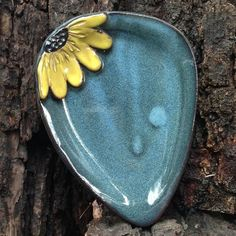 Part of our Original Five Flowers, our Black Eyed Susan Spoon Rest is hand-painted, dishwasher, microwave and food safe.The spoon rest measures approximately 5 x 5 inches Hand Built Pottery, Slab Pottery, Ceramic Pottery, Pottery Art, Pottery Tools, Pottery Classes, Ceramic Spoons, Ceramic Clay, Slab Ceramics