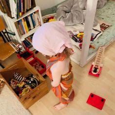 Verkleiden ist bei uns im Moment total angesagt! Da reichen schon ein paar bunte Tücher und meine Schals und schon tobt hier Superwoman durch die Wohnung oder eine elegante Dame im Sarong. . . . . Stehen eure Kleinen auch aufs Verkleiden? Irgendwie dachte ich immer, das kommt erst später. . . . #planningmathilda#gutenmorgen#kind#baby#verkleiden#spielen#fantasie#buntesleben#kinderzimmer#lebenalsmama#familienleben#familie#family#spielzimmer#mädchen Bunt, Organization, Diy Baby, Moment, Clothes, Instagram, Home Decor, Dressmaking, Little Kitchen