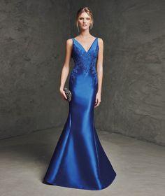 Foto 1 de 1 Lavila: Vestido de fiesta línea sirena en color azul klein con bordado en el cuerpo y escote en | HISPABODAS