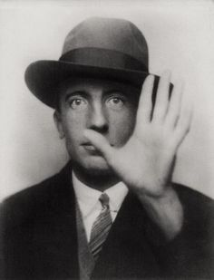 """© Foto de Man Ray. Paul Eluard, 1927.   Em 1927, o poeta francês Paul Eluard (1895-1952) foi retratado pelo amigo e fotógrafo Man Ray, ambos integrantes do movimento surrealista. Paul Eluard, que ficou mundialmente conhecido como """"O Poeta da Liberdade"""", é considerado o mais lírico dos poetas surrealistas franceses."""