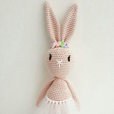 Amigurumi bunny with flowers Vibe Mai design, hæklet kanin Tavşan opskrift: http://vibemai.bloggersdelight.dk/318-2/