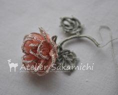 今度の薔薇は、前回の薔薇とは また違った雰囲気のものです♡  同じリボン刺繍用のリボンですが、オーガンジーのような透け感のある素材です。   手...