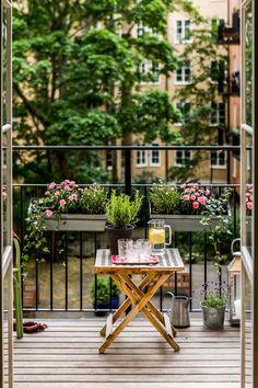 balkon ideen Beautiful balcony - Veri Coll From Neufforge - Kleiner Balkon - Beautiful balcony - Veri Coll Fro Small Balcony Design, Small Balcony Garden, Small Balcony Decor, Balcony Plants, Terrace Garden, Apartment Balcony Decorating, Apartment Balconies, Balkon Design, Patio Umbrellas