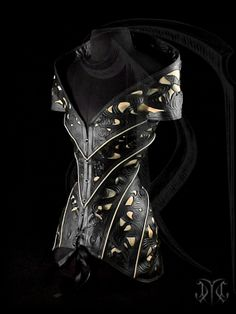 Chick's Corset, but looks like armor. Diagonal seamed overbust corset with Japanese referenced ornamentation and a gold satin inlay. From Cristiane Tano Larp, Lady Like, Moda Steampunk, Steampunk Fashion, Visual Kei, Corsets, Overbust Corset, Fantasy Costumes, Look Cool