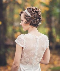 Amazing and Fabulous Curly Bob Cut - Short Hair Cuts and Styles In this article, we present some of the latest short bridal hairstyles to guide you in choosing the one hairstyle you would love to wear during your special wedding day. Headband Hairstyles, Cute Hairstyles, Wedding Hairstyles, Short Bridal Hair, 1920s Hair Short, Wedding Hair And Makeup, Hair Wedding, Wedding Dress, Wedding Bangs