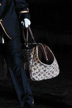 Questa la devo avere.....Louis Vuitton tote in pelle logata grigia!