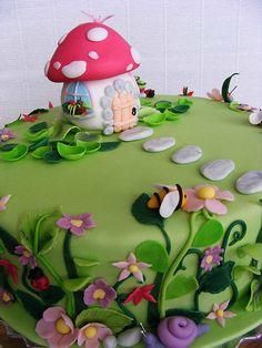 mooi paddenstoelhuisje met mooie natuur     lijkt net een sprookje