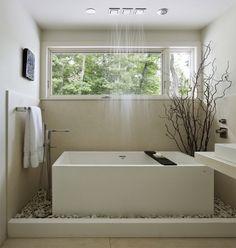idée de douche à effet pluie avec baignoire rectangulaire