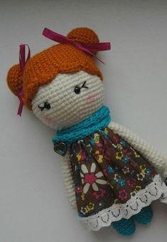 A Boneca de Vestido é uma receita de Anastacia Makeeva do Cactus Handmade. Uma boneca simples de ser feita mas que fica muito linda. Você pode fazer o vestido com tecido que tenha em casa ou criar um de crochê. Então mãos à obra!  Abreviações: am: anel mágico pb: ponto baixo pbx: ponto baixíssimo aum: aumento dim: diminuição  Pernas, corpo e cabeça: Começamos com a cor das meias (cor de sua preferência). Pernas (fazer duas vezes) Volta 1: am com 6 pb (6) Volta 2: 6 aum (12) Voltas 3-15: 12…