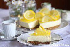 """Moren min er spesielt glad i kaker med sitronsmak, og """"Ostekake med sitron"""" er komponert etter hennes spesialbestilling. Ostefromasjen er tilsatt en god del sitronsaft og har derfor ekstra god smak av sitron. Og selvfølgelig er det sitrongelé på toppen. Om moren min ble fornøyd? Tror det, for hun snakket om kaken i minst de 5 påfølgende telefonsamtalene! Cheesecake, Baking, Desserts, Recipes, Food, Cook, Tailgate Desserts, Deserts, Cheese Pies"""
