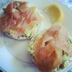 ❝Rice cakes with guacamole, salmon + lemon❞