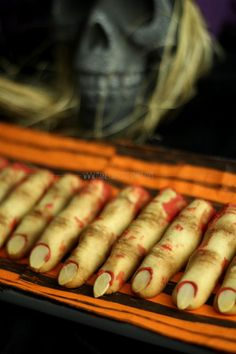Learn how to make this creepy severed zombie finger cookies that will surely freak you out. Halloween Baking, Halloween Goodies, Halloween Desserts, Halloween Food For Party, Halloween Cupcakes, Halloween Treats, Halloween Carnival, Zombie Party, Halloween Stuff