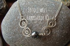 Μενταγιον με αλπακα & αιματιτη 8€ Heart Charm, Charmed, Jewels, Bracelets, Handmade, Hand Made, Jewerly, Bracelet, Gemstones