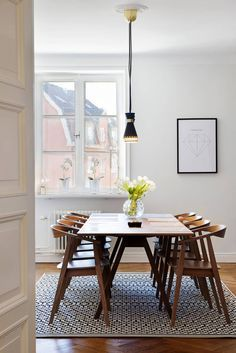 Mid century modern dining room with a wood dining table. #diningroominspiration #homedecor #interiordesign