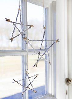 Een sfeervol toefje kerst: een paar takjes, een klosje touw en wat verf... Et voila u heeft eigen gemaakte sterren van takjes.