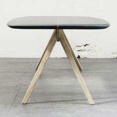 Un listón de cedro pasa por el centro de la superficie de la mesa, con dos piezas que sobresalen, en las que se ensamblan las patas en ambos lados. Sus bordes fueron lijados a mano buscando asemejar la estética de una tabla de surf.