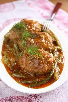 ... gotowanie, pieczenie, tworzenie czegoś z niczego ma w sobie coś czarodziejskiego. Krojenie, siekanie, mieszanie, tłuczenie, wąchanie, próbowanie - to działania nie tylko twórcze, ale zwyczajnie zajmujące głowę. Wszystko to skutecznie wygania z moich myśli mniejsze i większe smutki. Smutki - sio ! Meatloaf, Catering, Pork, Dishes, Chicken, Ethnic Recipes, Meat, Kale Stir Fry, Catering Business