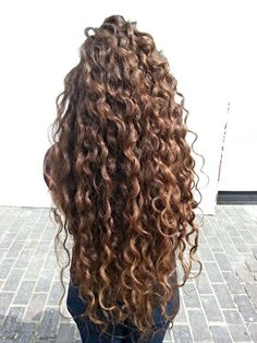 If you have curly or wavy hair, this DIY curl cream recipe will be right up your alley! Instead of saturating your hair with store bought creams and mouses that are loaded with drying alcohols Curly Hair Care, Curly Hair Styles, Natural Hair Styles, Natural Curly Hair, Long Natural Curls, Curly Perm, Updo Curly, Curly Girl Method, Gorgeous Hair