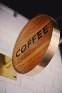 letra limpia y sencilla el tono de la madera es lindo tambien
