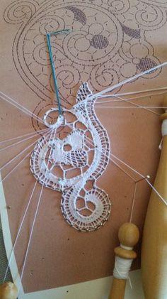 20160823_141403 Bobbin Lacemaking, Lace Art, Bobbin Lace Patterns, Point Lace, Lace Jewelry, Needle Lace, Lace Making, Sewing Notions, Simple Art