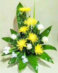 Centro de flores amarillas                                                                                                                                                                                 Mais Grave Flowers, Cemetery Flowers, Church Flowers, Tulips Flowers, Exotic Flowers, Beautiful Flowers, Modern Floral Arrangements, Church Flower Arrangements, Art Floral