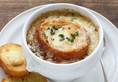 French Onion Soup: The recipe from Grandma& cookbook- Französische Zwiebelsuppe: Das Rezept aus Omas Kochbuch The French onion soup is a classic of hearty cuisine. Classic French Onion Soup, French Classic, Gourmet Recipes, Healthy Recipes, Healthy Soup, Onion Soup Recipes, French Food, Caramelized Onions, Soups And Stews