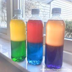 Upptäckarflaskor med primärfärger och sekundärfärger i fönstret