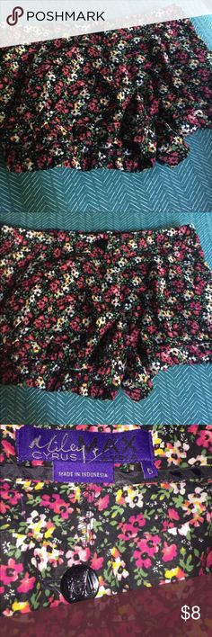 Miley Cyrus & Max Azria Floral Shorts Pre-loved💗 Miley Cyrus & Max Azria cute floral shorts🌸 Still in good condition.   Size 5 fits as Small. Miley Cyrus & Max Azria Shorts