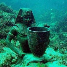 One of the sunken treasures of Queen Cleopatra Temple at the Mediterranean ports of Alexandria Egypt Ancient Egyptian Art, Ancient Ruins, Ancient Artifacts, Ancient History, Underwater Sculpture, Underwater City, Sunken City, Empire Romain, Kairo
