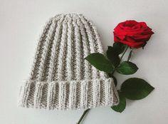 Bonnet tricoté en laine beige.