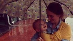 Con tu bebé en el portbebes bajo la lluvia. Porteo de bebés. Llevar al bebe bajo el paraguas cuando llueve.