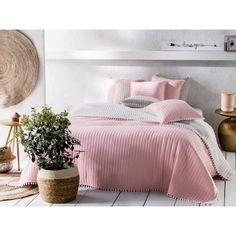 Prehoz na posteľ v modernom a trendy štýle pre Vašu spálňu. Comforters, Blanket, Bed, Trendy, Furniture, Home Decor, Creature Comforts, Quilts, Decoration Home