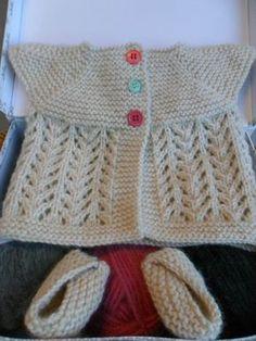 """TUTO C'est un petit gilet """"top-down"""" c'est à dire tricoté du haut en bas en un seul morceau sans coutures, (explications 1 mois , 3 mois , 6 mois), http://p9.storage.canalblog.com/97/93/504961/50229945.pdf"""