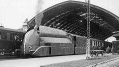 Juin 1937 - Locomotive Aérodynamique en gare d'Avignon sur la ligne PLM - France