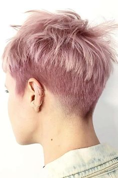 Pixie haircuts always seem to be in style, and there are dozens of cute pixie styles to choose from. #pixiecut #shorthaircuts