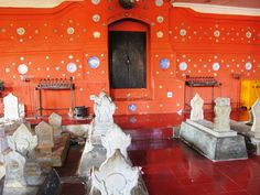 Ornamen indah pada beberapa batu nisan di kompleks Makam Sunan Gunung Jati yang dikerjakan oleh tangan yang halus. Di bagian ini terdapat makam keturunan ...