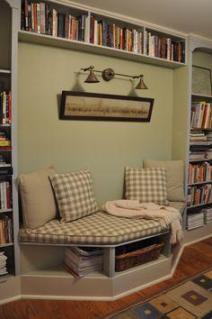 Built-in bench and book shelves. Swweeeettttt!!