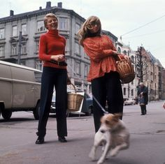 DigitaltMuseum - To kvinner på bytur med handlekurver i tre. Nye Bonytt 1973-7. Ikke publisert.