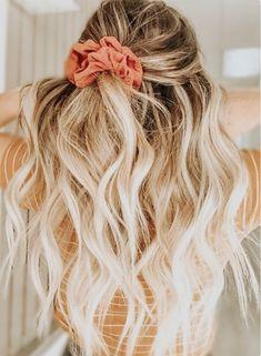 20 Ways to wear scrunchies &; How To Wear a Scrunchie scrunchie bun scrunchies&; 20 Ways to wear scrunchies &; How To Wear a Scrunchie scrunchie bun scrunchies&; anDrehita Peinados 20 Ways to […] Bun vsco tutorial Wand Hairstyles, Pretty Hairstyles, Braided Hairstyles, Scrunchy Hairstyles, Beach Hairstyles, Back To School Hairstyles, Simple Hairstyles, Wedding Hairstyles, Best Hair Wand