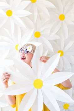 DIY Paper daisy backdrop and video - The House That Lars Built DIY Papier Gänseblümchen Backrop Giant Paper Flowers, Diy Flowers, Flower Paper, Easy Paper Flowers, Flowers Decoration, Class Decoration, Flower Diy, Rose Flowers, Flower Frame