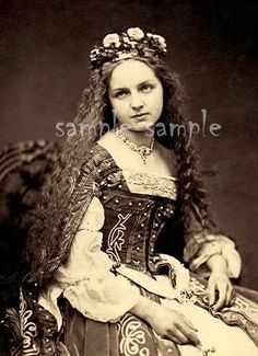 """portrait of a participant of the märchenball von """"jung-münchen"""" (one of the three great art societies in munich) in costume, photographed by franz hanfstaengl, 1862 Victorian Photos, Antique Photos, Vintage Pictures, Vintage Photographs, Vintage Images, Old Photos, Victorian Ladies, Art Costumes, Vintage Girls"""