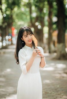 Girls for You! visit to watch more ! Vietnamese Clothing, Vietnamese Dress, Vietnamese Traditional Dress, Traditional Dresses, Ao Dai, Sexy Asian Girls, Beautiful Asian Girls, Model Poses Photography, Girls Time