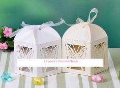 """""""Μπομπονιέρα Γάμου - Βάπτισης Φαναράκι Πεταλούδα"""" 1,35 Ευρώ/τμχ.  Περιγραφή Αντικειμένου: Κατάσταση: 100% Καινούργια. Εποχές που μπορεί να χρησιμοποιηθεί: Όλες . Περίσταση για την οποία μπορεί να χρησιμοποιηθεί: Γάμος - Βάπτιση. Σχήμα: Φαναράκι με Ανάγλυφα Κομμένη Πεταλούδα. Υλικό: Περλέ Χαρτί.  Διαστάσεις: 8εκ χ 5.5εκ χ 5.5εκ. Διαθέσιμα χρώματα: Λευκό – Κρεμ. Κορδέλες: Συμπεριλαμβάνονται."""