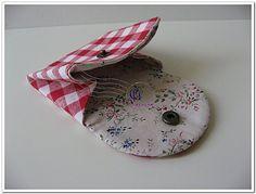 Aprenda a criar uma linda carteira japonesa em tecido e use-a para brincar o carnaval em grande esti