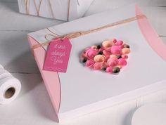 Se você está buscando uma peça diferente para embalar o seu presente você pode fazer este coração decorado com rosas de papel, que é uma embalagem incríve