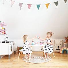 Där sitter dom och skålar för att dom fått nya möbler att fika på 😍😊 Hoppas ni får en trevlig kväll! 💕 I samarbete med @babyshop.se