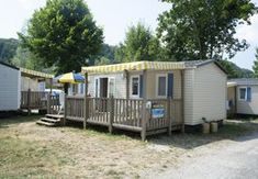 Camping Domaine de Chalain - Frankreich - Vacansoleil Recreational Vehicles, Outdoor Structures, Covered Front Porches, Campsite, Camper, Campers, Single Wide