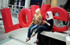 When gadget  & hijabers meet via @OttawaCitizen